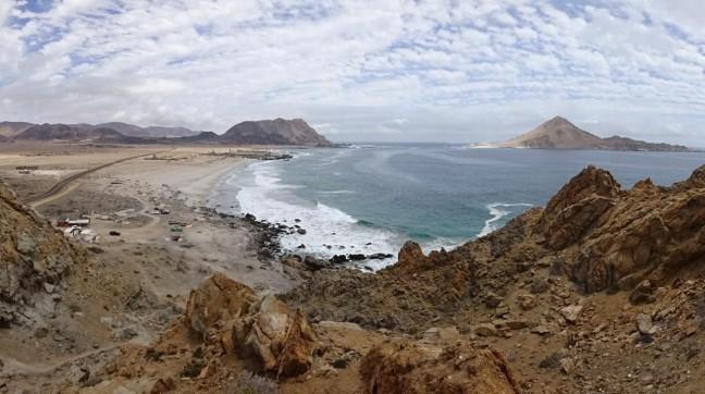 Vista desde mirador junto a Camping Los Yecos: playa Los Piqueros e Isla Pan de Azúcar.